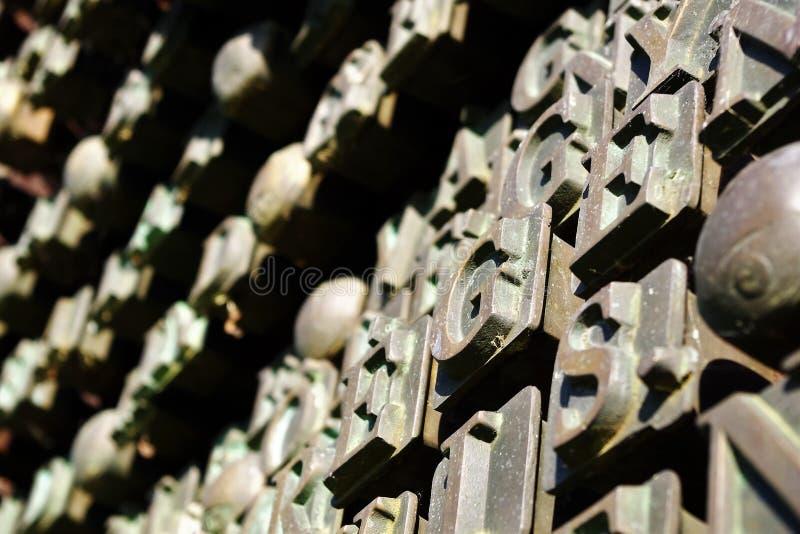 Letras gigantes do ferro da parede imagem de stock