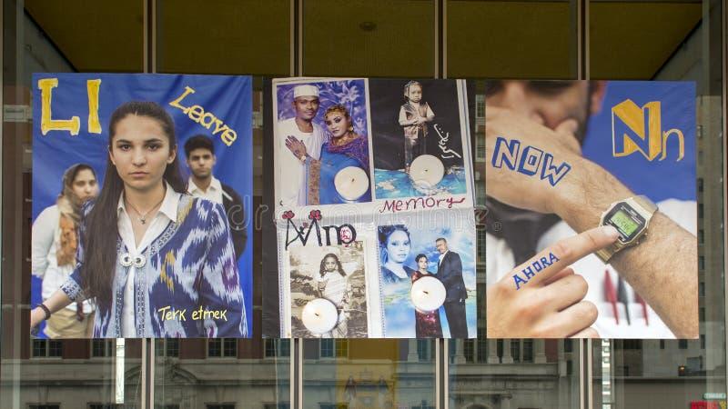 Letras L para la licencia, M para banderas del vinilo de la memoria, y de N por ahora, proyecto inmigrante del alfabeto, Philadel fotografía de archivo