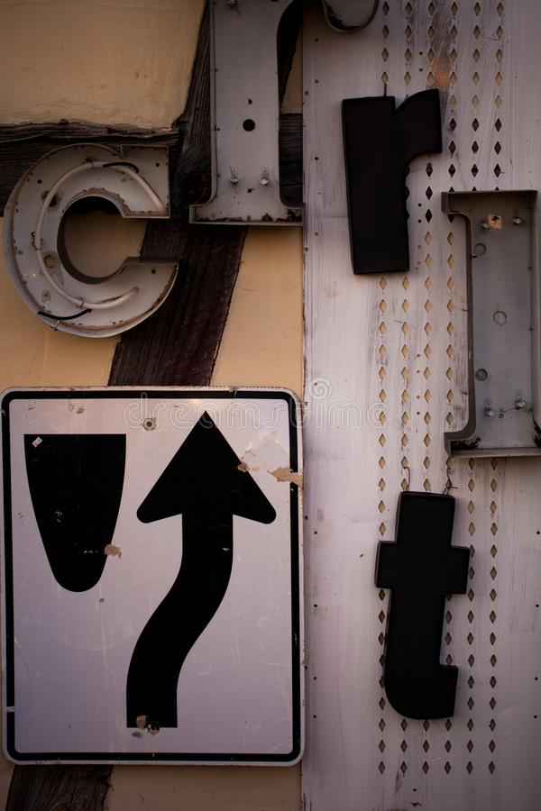 Letras velhas do sinal e do metal de estrada na parede fotos de stock royalty free