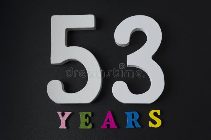 Letras y números cincuenta y tres años en un fondo negro fotos de archivo