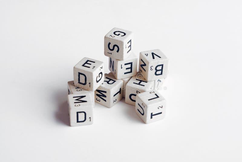 Letras y números en fondo del blanco de los cubos fotografía de archivo