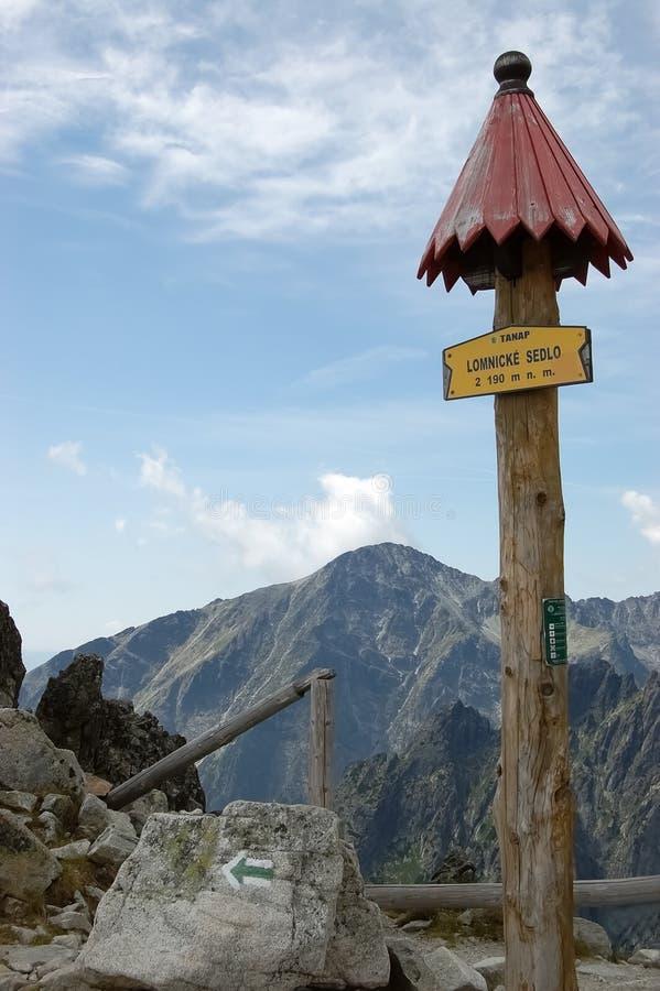 Letreiro de madeira em um trajeto nas montanhas altas em um verão, Eslováquia de Tatras foto de stock royalty free