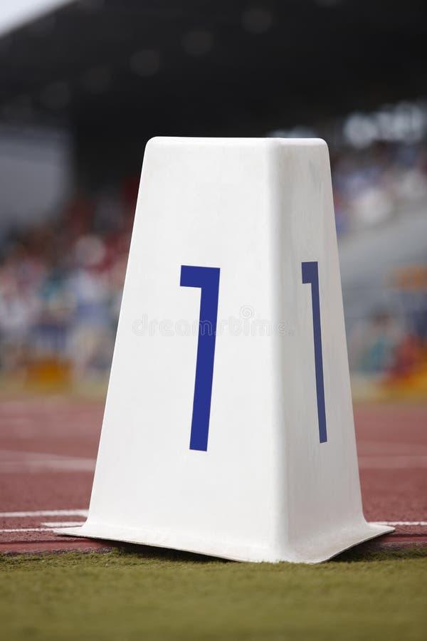 Letreiro do número um em uma pista de atletismo atlética fotos de stock