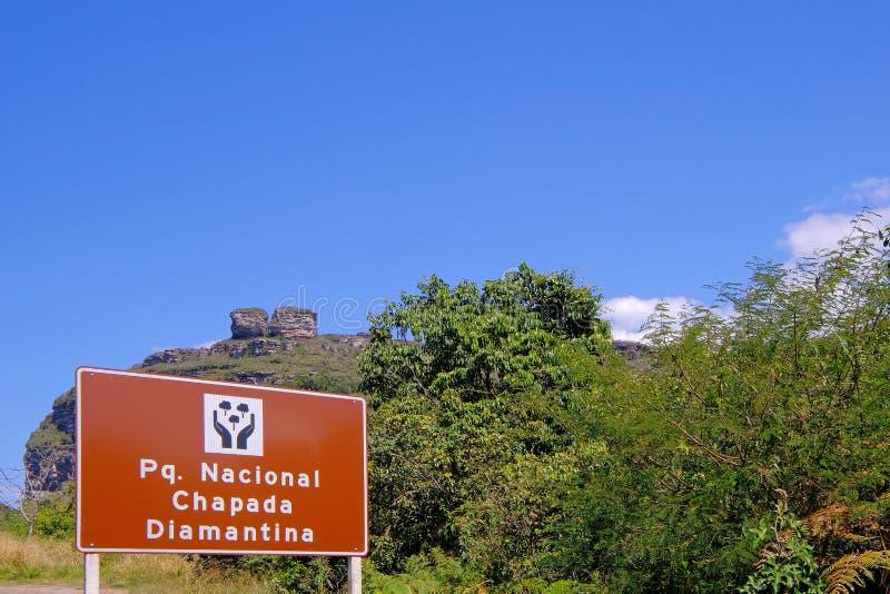 Letreiro do Parque Nacional Chapada Diamantina, português para o parque nacional, na estrada a Lencois, Baía, Brasil imagens de stock