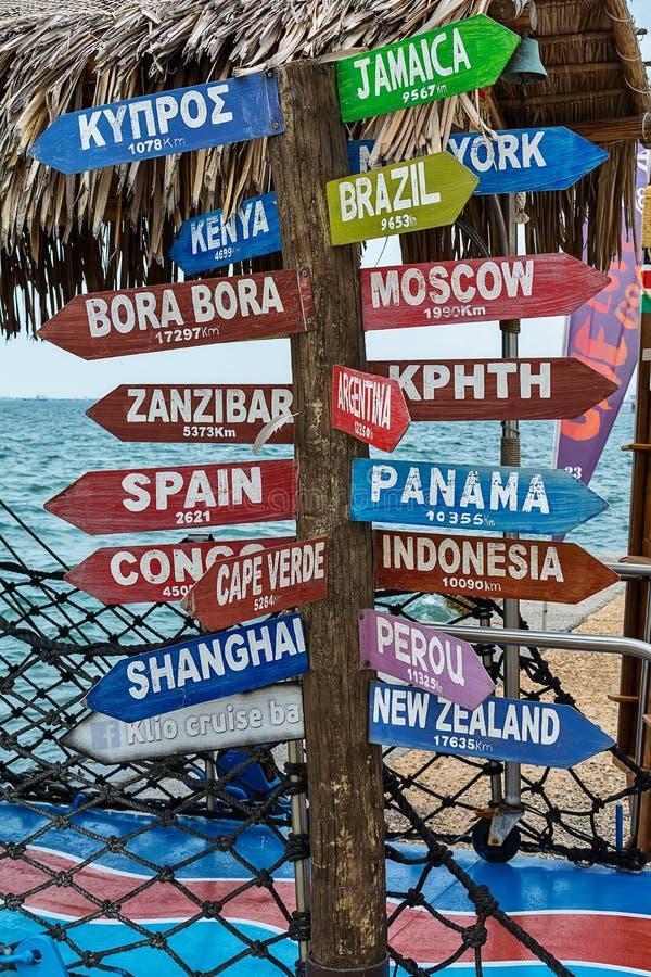 Letreiro do sentido com distância a muitos países diferentes foto de stock royalty free