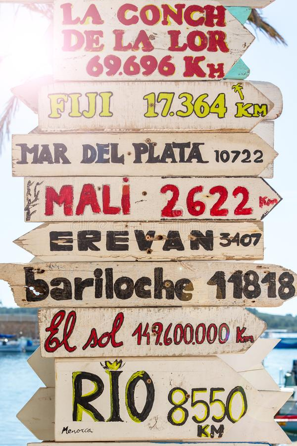 Letreiros com sentidos aos lugares diferentes do mundo fotos de stock