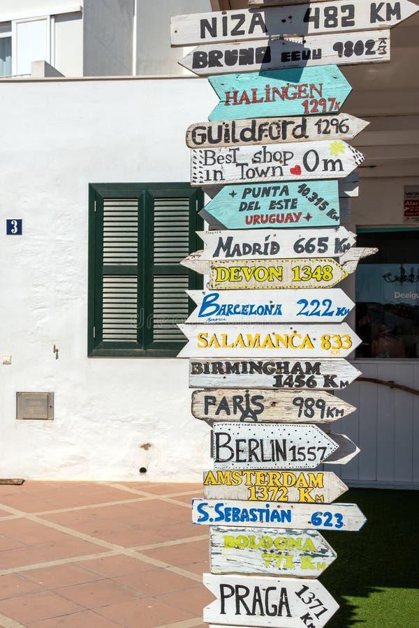Letreiros com sentidos aos lugares diferentes do mundo imagens de stock