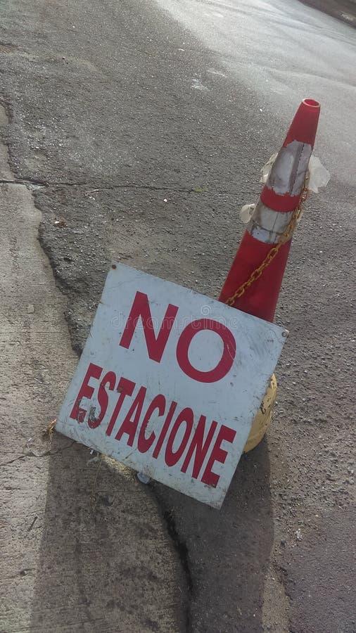 Letrero Żadny estacione - Żadny parking hiszpański znak zdjęcia stock