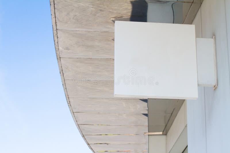 Letrero blanco vacío cuadrado en un edificio con el arquitecto moderno fotos de archivo libres de regalías