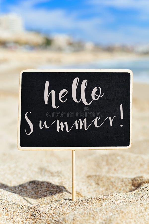 Letrero con el verano de la palabra en la playa foto de archivo