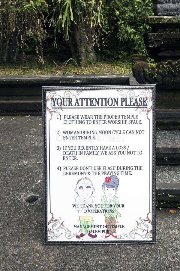 Letrero con la atención para visitar el templo hindú imagen de archivo