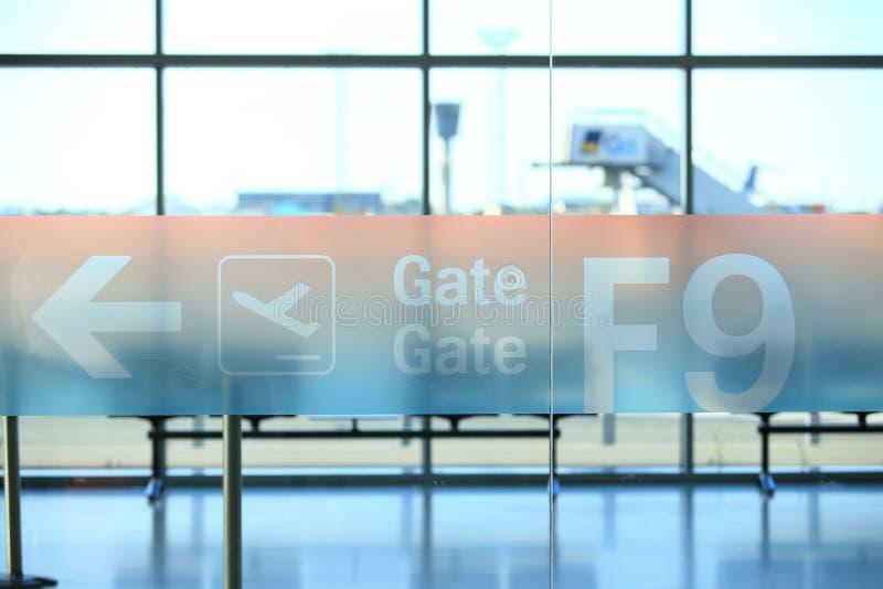 Letrero con número de la puerta de la llegada en aeropuerto foto de archivo