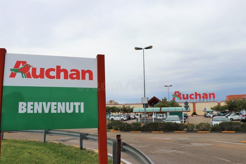 Letrero de Auchan en la entrada del supermercado imágenes de archivo libres de regalías