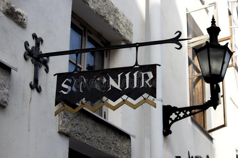 Letrero de la calle del vintage del hierro en ciudad vieja imagen de archivo