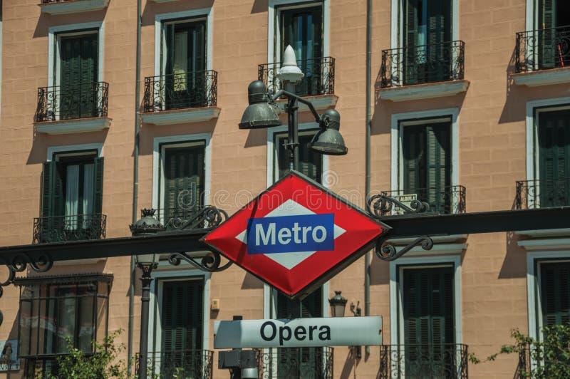 Letrero de la entrada de la estación de metro de la ópera en Madrid imágenes de archivo libres de regalías