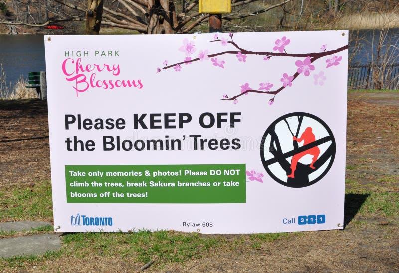 Letrero de la protección de las flores de cerezo imagen de archivo
