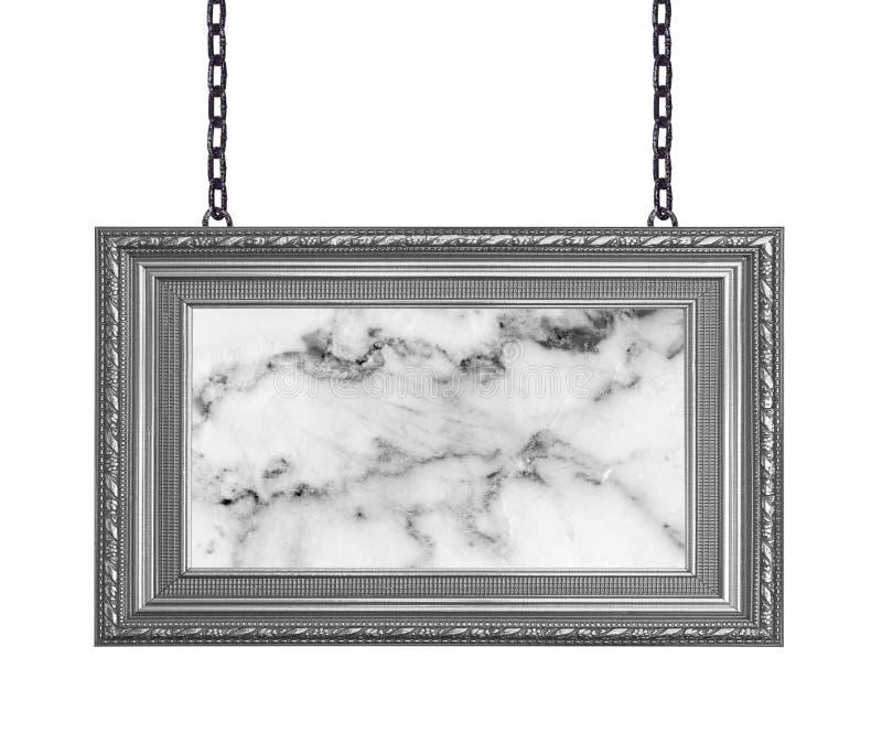 Letrero gris del mármol del marco que cuelga una cadena aislada en los vagos blancos foto de archivo