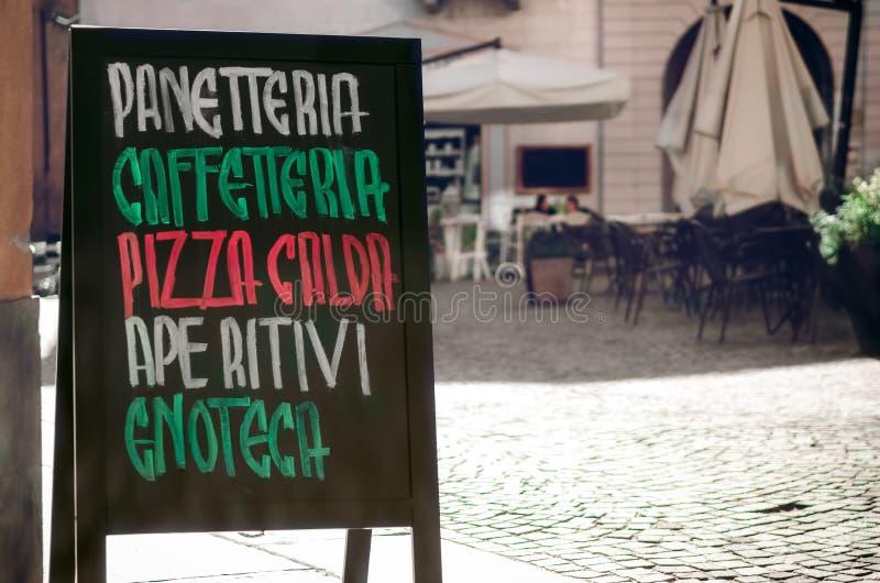 Letrero italiano con la panadería del panetteria de las palabras, caffetteriacafeteria, pizza caliente del calda de la pizza, ape fotos de archivo