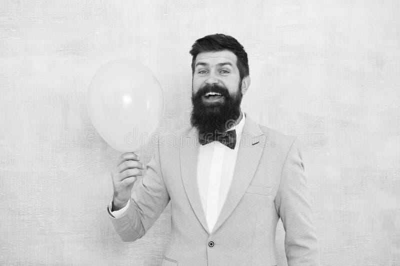Lets имеет потеху Человек холит голубой воздушный шар владением бабочки смокинга Потеха свадьбы Выхольте бородатый хипстер имея п стоковые изображения