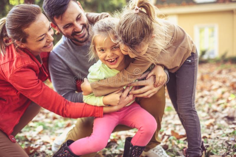 Lets che solletica la sorella, genitori ha gioco con i bambini immagini stock libere da diritti