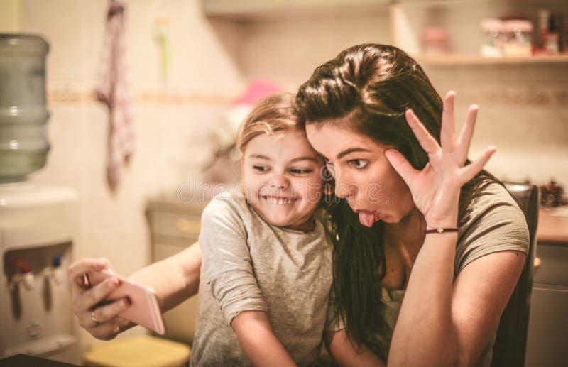 Lets tiene un autorretrato divertido Madre e hija foto de archivo libre de regalías