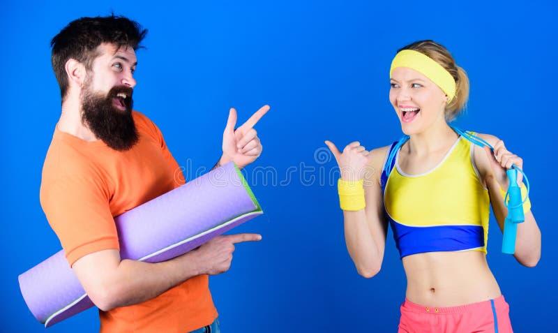 Lets tun dies Athletischer Erfolg Starke Muskeln und Körper Sportliches Paartraining mit Eignungsmatte und -Seilspringen sport lizenzfreie stockfotos