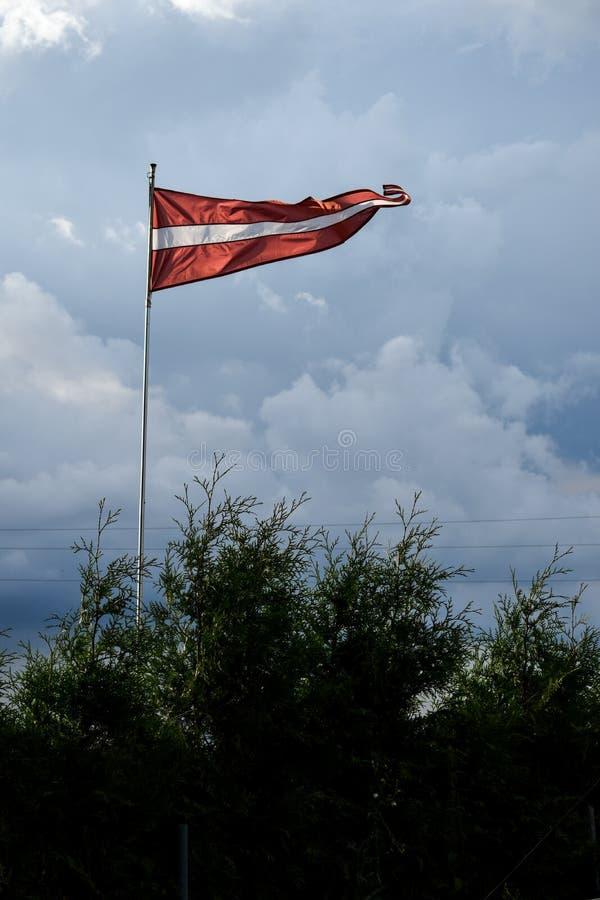 Letse die vlag omhoog in wind wordt opgeheven royalty-vrije stock afbeeldingen