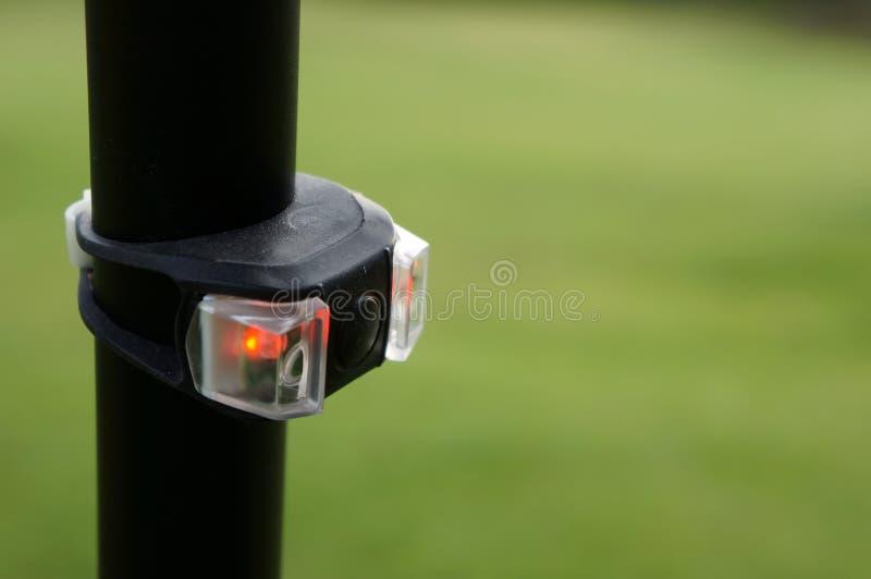 Lett rött bakre cykelljus, svansljuscykel, säkerhet fotografering för bildbyråer