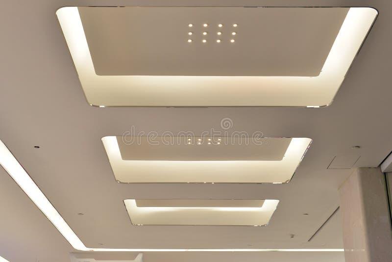 Lett tak av modern Œmodern för ¼ för plazakorridorï kontorsbyggnad, modern affärsbyggnadskorridor, inre kommersiell byggnad arkivbilder