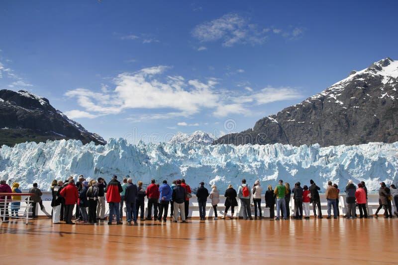 Lettende op Margerie Glacier in Alaska stock fotografie