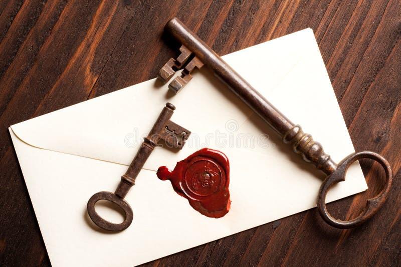 Lettera del biglietto di S. Valentino e di tasti fotografia stock