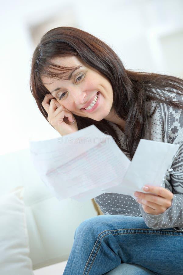 Lettera della lettura della donna del ritratto mentre telefonando fotografia stock libera da diritti
