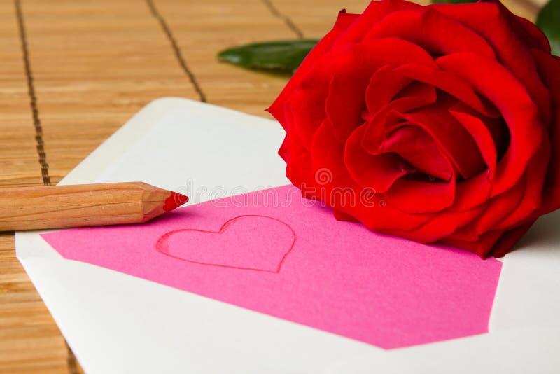 Lettera di amore con la rosa rossa fotografia stock libera da diritti