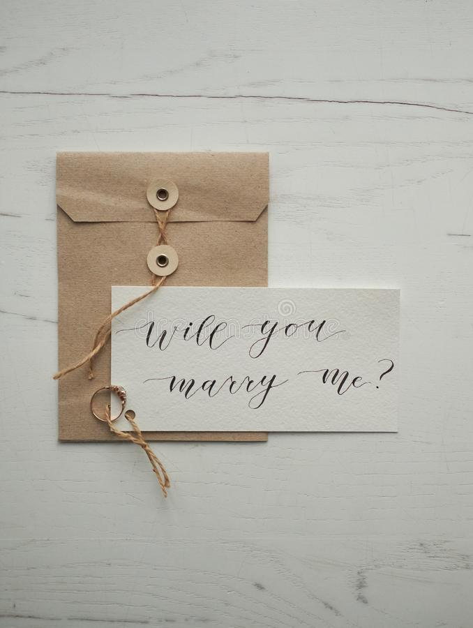 Lettera di calligrafia mi sposerete anello fotografie stock