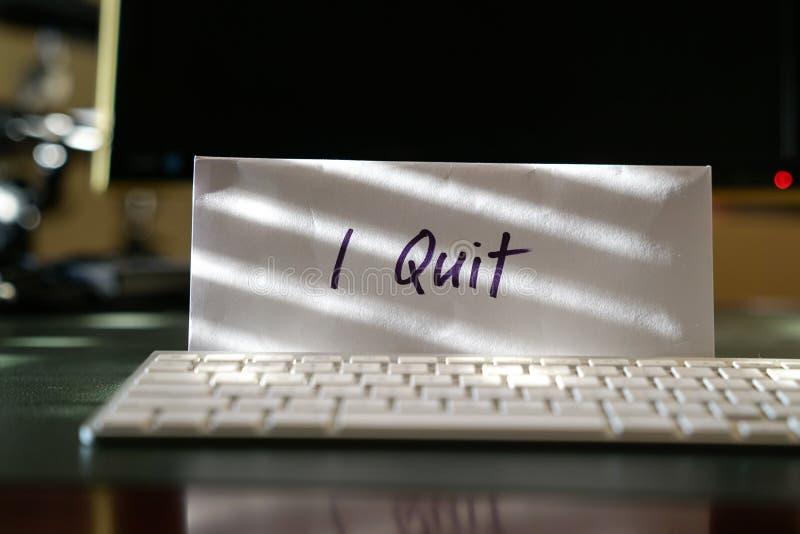 Lettera di dimissioni con le parole che ho smesso sulla busta immagini stock libere da diritti