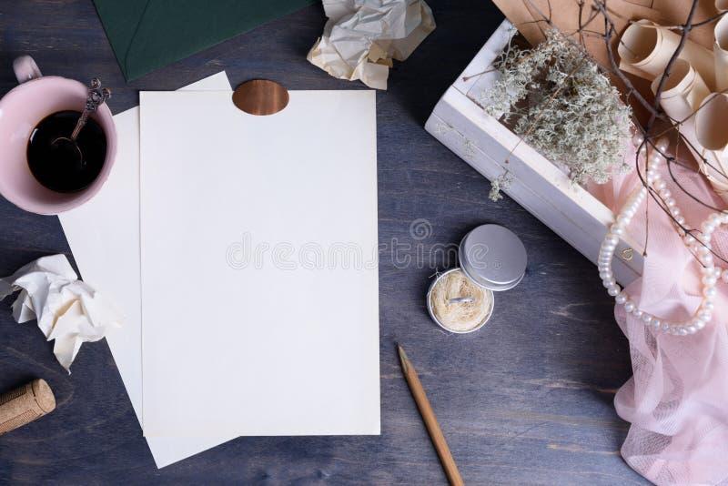 Lettera di giorno d'annata dei biglietti di S. Valentino o fondo dell'invito di nozze con la perla, l'anello ed il caffè fotografia stock