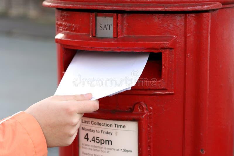Lettera di invio al postbox britannico rosso immagini stock libere da diritti