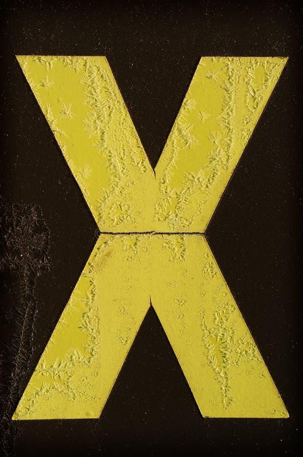 Lettera gialla X coperto di gelo fotografie stock libere da diritti
