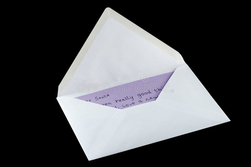 Lettera a Santa in una busta isolata sul nero fotografie stock libere da diritti