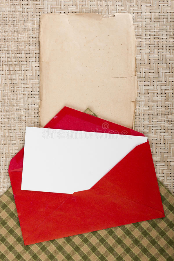 Lettera in una busta rossa fotografia stock