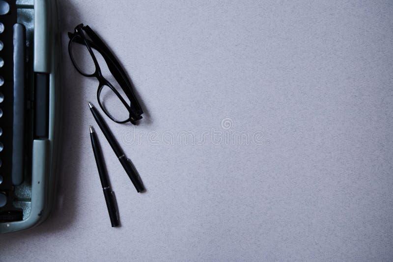 Letteratura, autore e scrittore, scrittura e giornalismo o concetto del giornalista: macchina da scrivere e vetri e una penna immagini stock