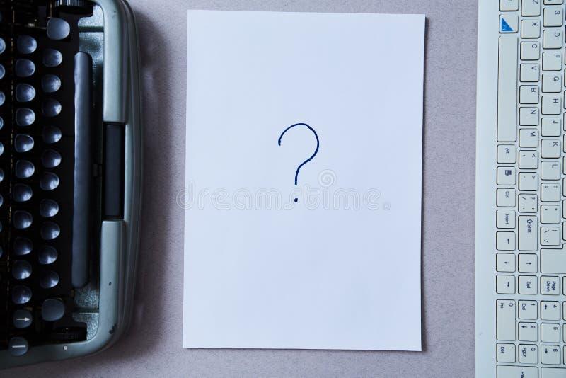 Letteratura, scrittura dell'autore e concetto di giornalismo: foglio di carta fra la macchina da scrivere e la tastiera di comput immagine stock libera da diritti