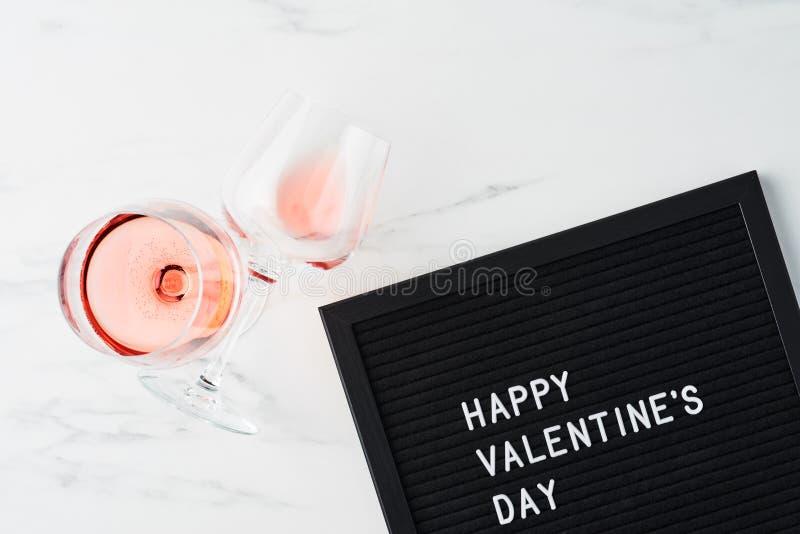 Letterboard nero con il San Valentino felice di citazione fotografie stock