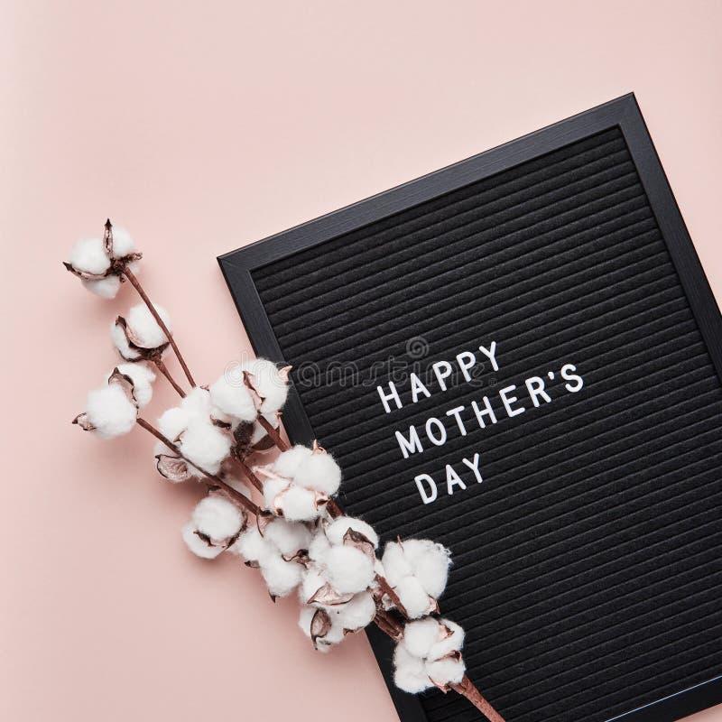 Letterboard nero con le lettere di plastica bianche con la citazione: M. felice fotografie stock libere da diritti