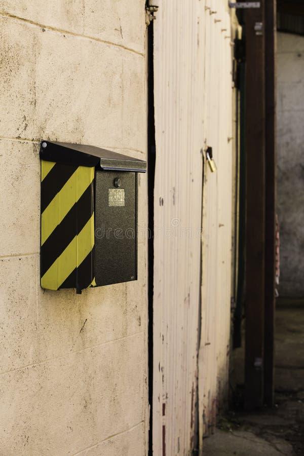 Letterbox con un gallone su una parete esterna immagini stock libere da diritti
