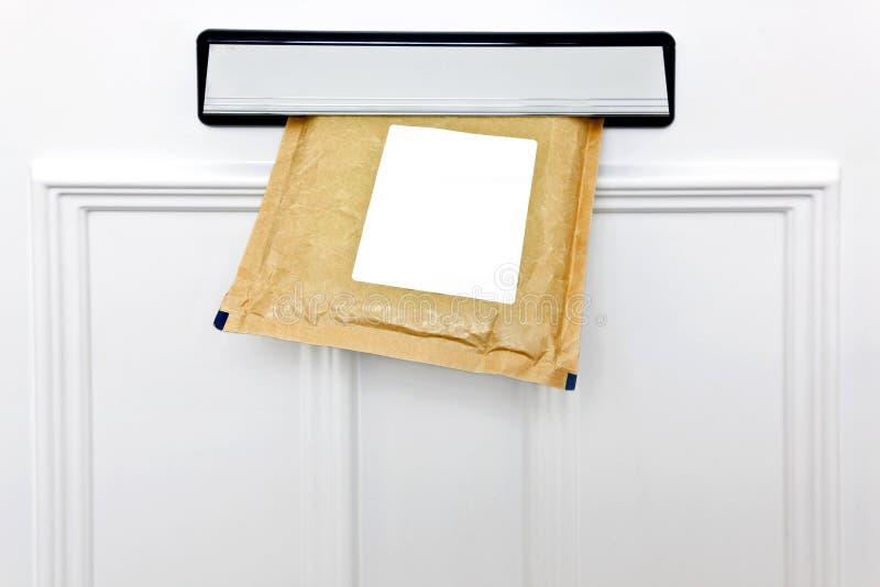 Letterbox e busta riempita fotografie stock
