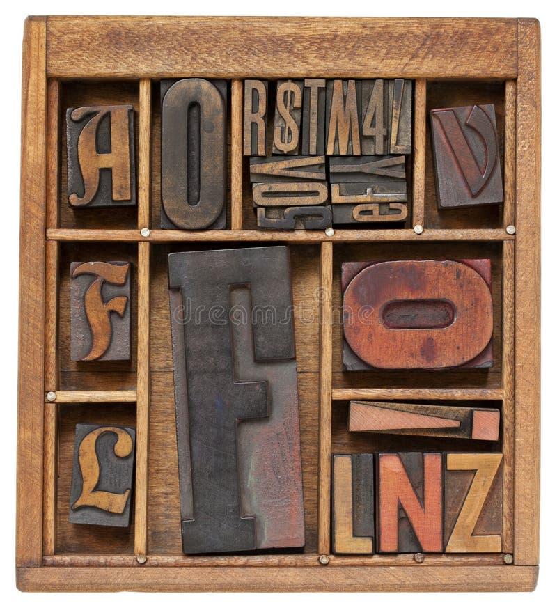 Lettere antiche in casella di legno immagini stock