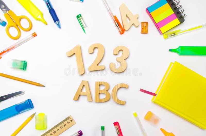 Lettere A, B, C numeri 1, 2, 3 sullo scrittorio della scuola Concetto di formazione Di nuovo al banco cancelleria Priorità bassa  fotografia stock libera da diritti