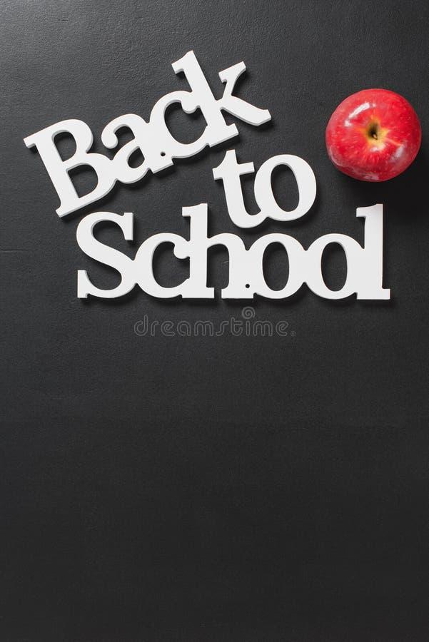 Lettere bianche del volume di nuovo al concetto di Apple della scuola immagini stock libere da diritti