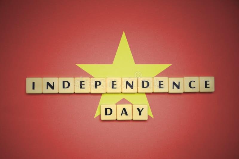 Lettere con la festa dell'indipendenza del testo sulla bandiera nazionale del Vietnam immagini stock